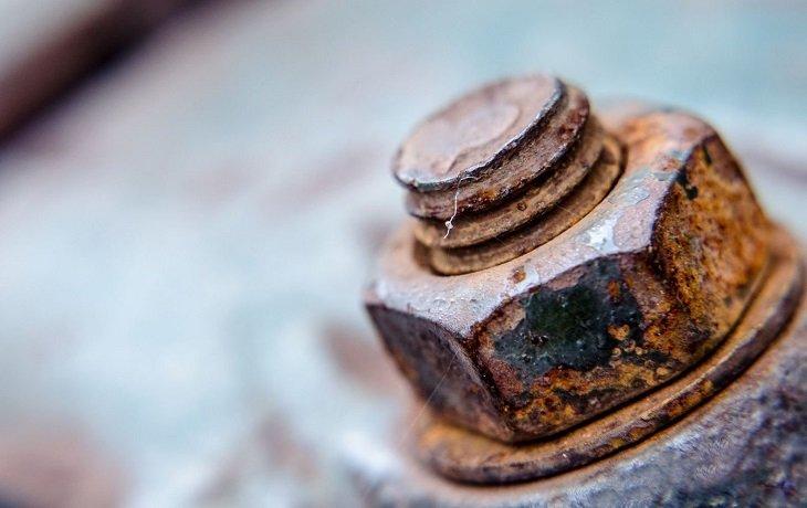 Лайфхаки с газировкой, выкручивание ржавых шурупов