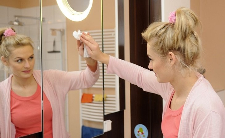 Лайфхаки с газировкой, как помыть зеркало