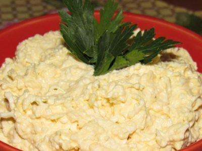 Салат с яйцом и сыром